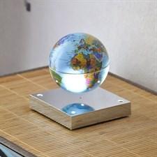 Planète en lévitation sur socle miroir
